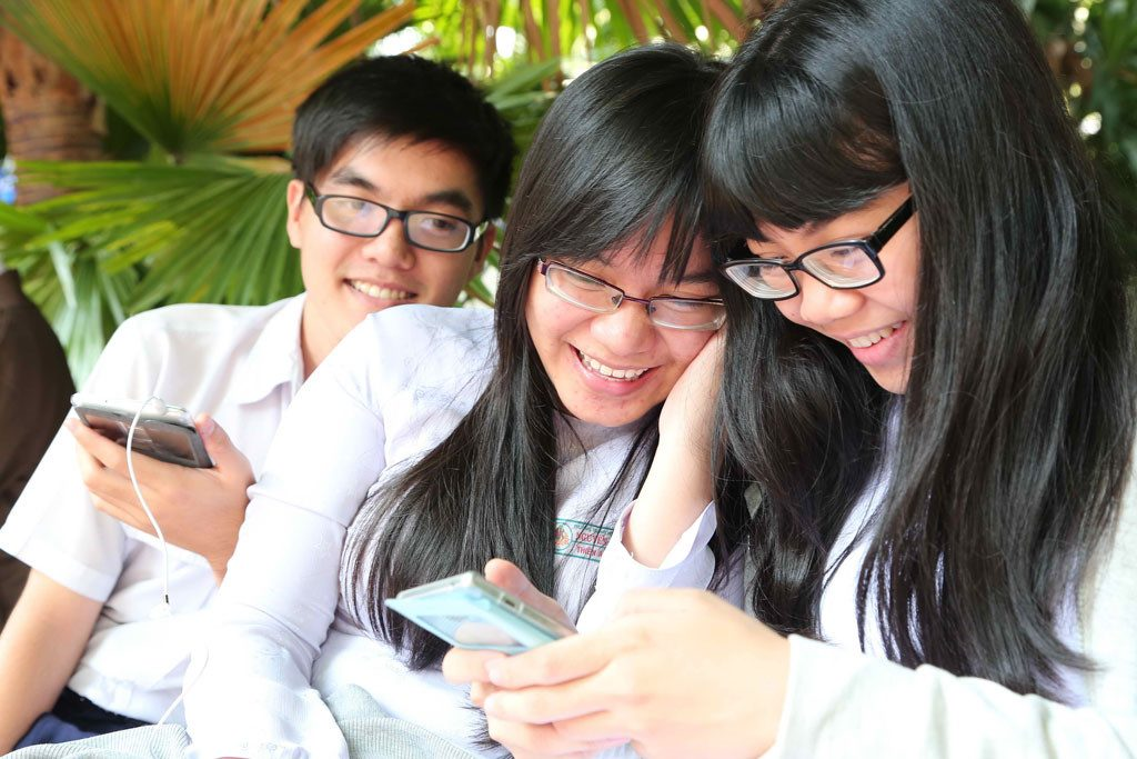 Học sinh sử dụng điện thoại trong giờ học